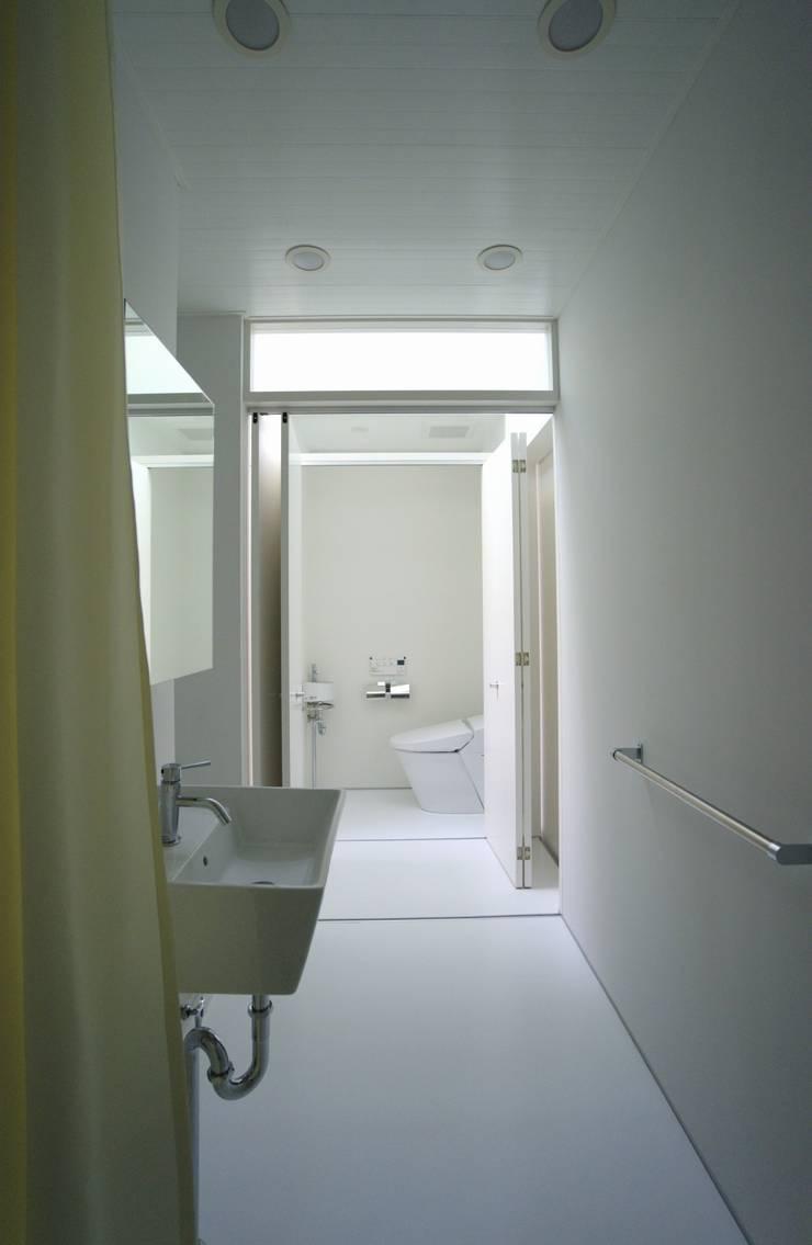 Ванные комнаты в . Автор – 株式会社FAR EAST [ファーイースト], Модерн