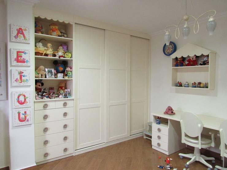 Vestidores y closets de estilo escandinavo por Muebles Los Pepotes