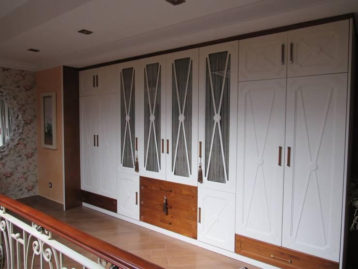 Vestidores y closets de estilo colonial por Muebles Los Pepotes