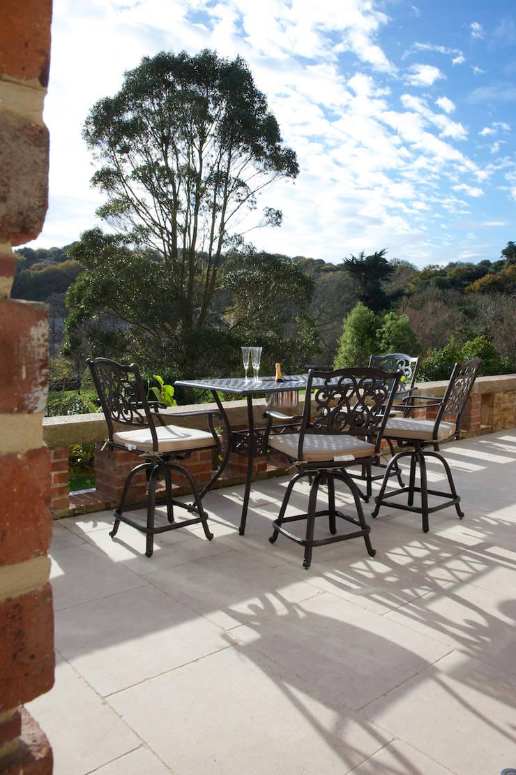 Wychwood Limestone terrace in a tumbled and etched finish. Balkon, Beranda & Teras Klasik Oleh Artisans of Devizes Klasik