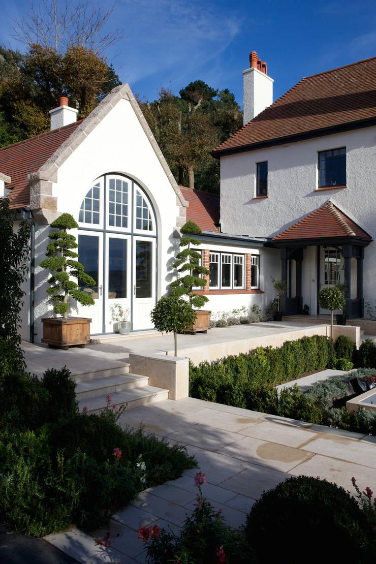 Wychwood Limestone path and terrace in a tumbled and etched finish. Balkon, Beranda & Teras Klasik Oleh Artisans of Devizes Klasik