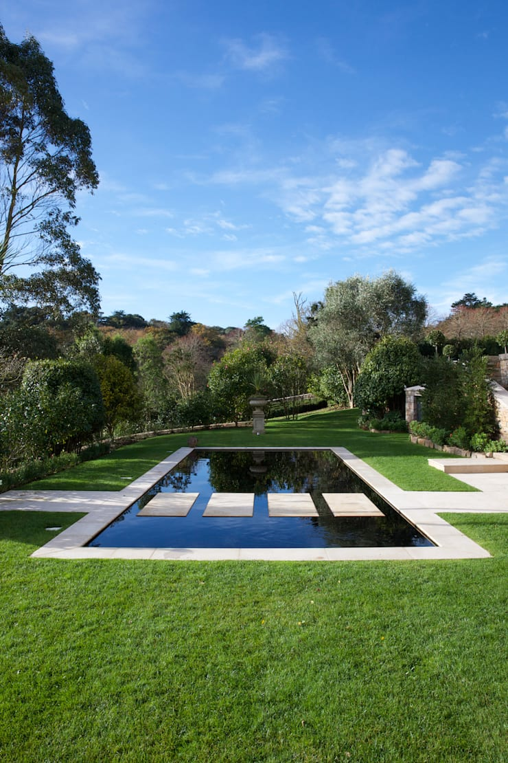 Wychwood Limestone path and pool in a tumbled and etched finish. Oleh Artisans of Devizes Klasik