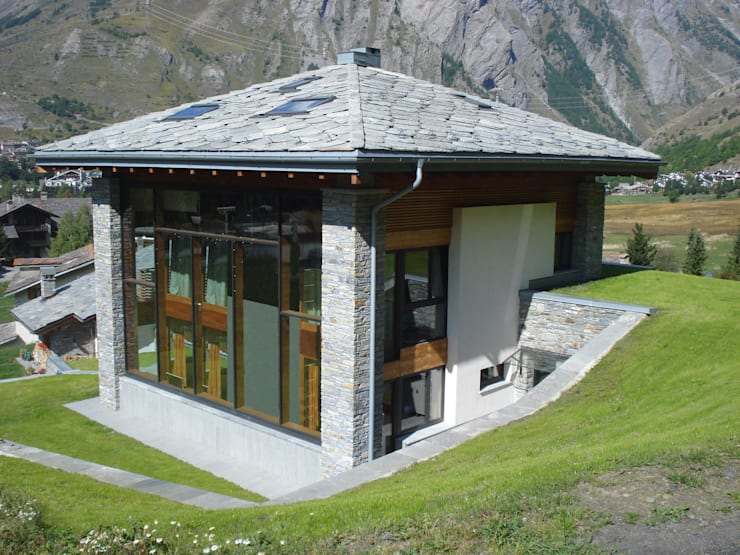 Villa a La Thuile (AO) con serra solare e b&b ipogeo: Case in stile  di Eddy Cretaz Architetttura