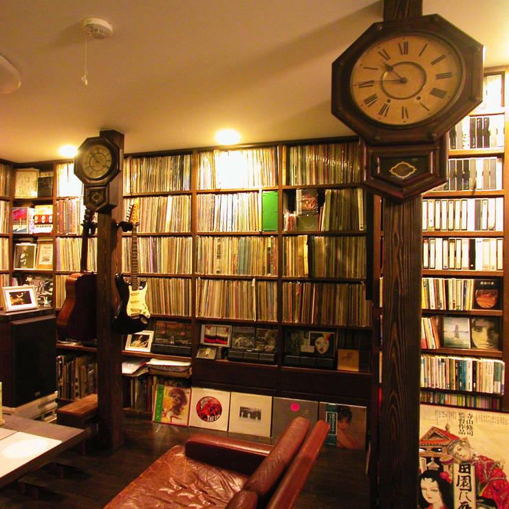 レコードライブラリーにリフォーム: ユミラ建築設計室が手掛けたリビングです。