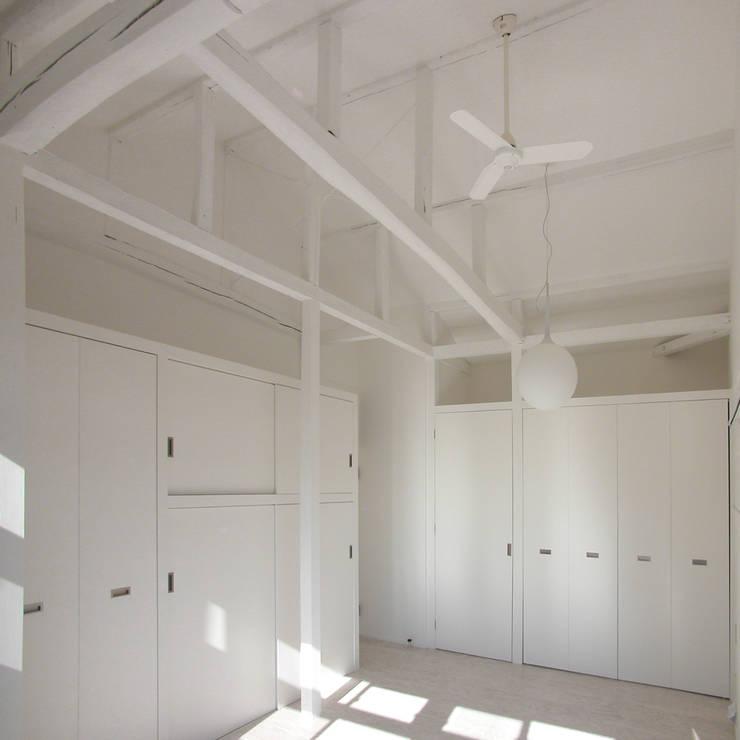 レコードライブラリーにリフォーム: ユミラ建築設計室が手掛けた寝室です。