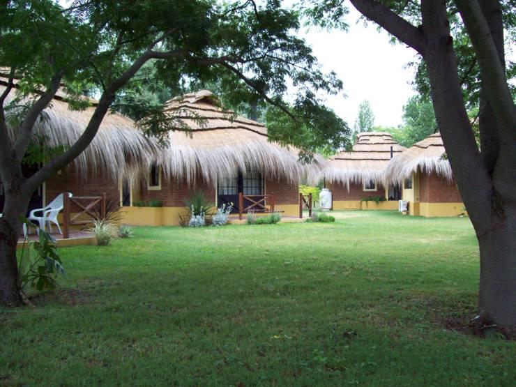 Solares de la Laguna – CABAÑAS: Hoteles de estilo  por D'ODORICO ARQUITECTURA,Rústico