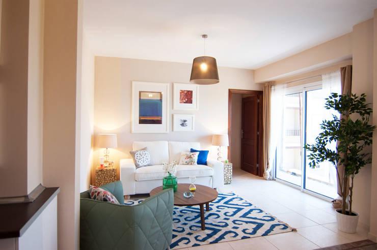 Salón TENERIFE 2 habitaciones: Salones de estilo  de Casas en Escena