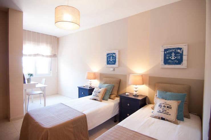 Habitacion 2 TENERIFE 2 habitaciones: Dormitorios de estilo  de Casas en Escena