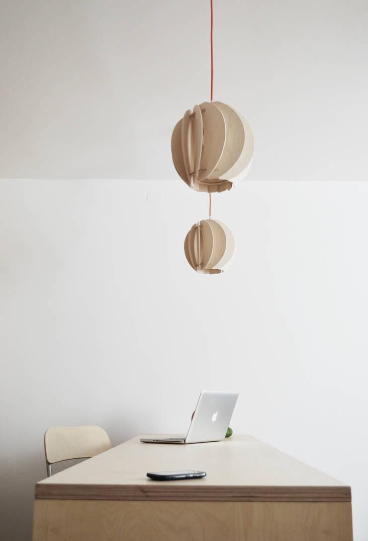 OŚWIETLENIE Z DREWNA -LAMPY PAPOULA : styl , w kategorii Domowe biuro i gabinet zaprojektowany przez SEAN