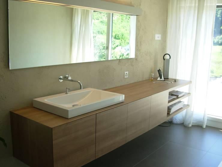 EFH Neubau bei Aarau: moderne Badezimmer von wernli architektur ag