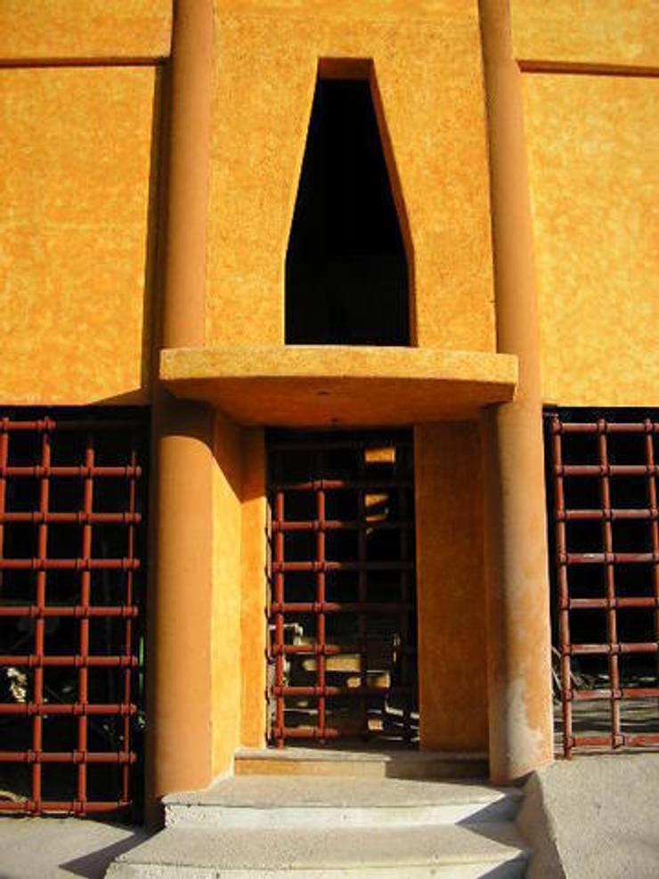 Acceso a la casa: Casas de estilo  por ARQUELIGE