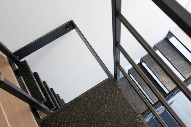 Mieszkanie na Gocławiu: styl , w kategorii Korytarz, przedpokój zaprojektowany przez Jacek Tryc-wnętrza,Nowoczesny