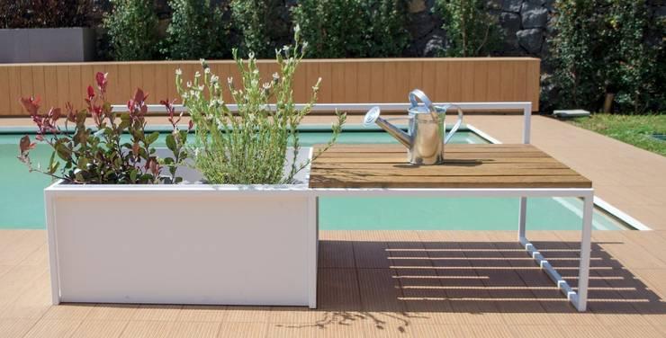 PANCA FIORIERA: Giardino in stile in stile Moderno di D'Arrigo External Design