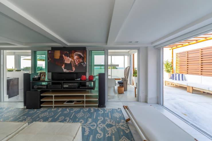 Salas de estar tropicais por Renato Teles Arquitetura