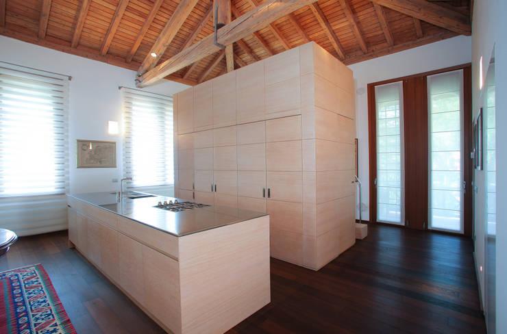 il grande volume e il banco cucina: Cucina in stile  di isabella maruti architetto