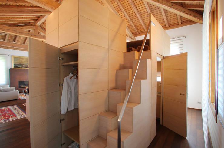 il guardaroba : Ingresso, Corridoio & Scale in stile  di isabella maruti architetto
