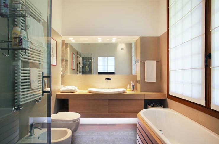 il bagno principale: Bagno in stile  di isabella maruti architetto