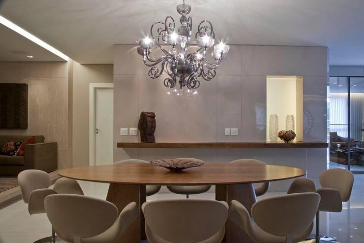 Apartamento CN: Salas de jantar  por Gláucia Britto,