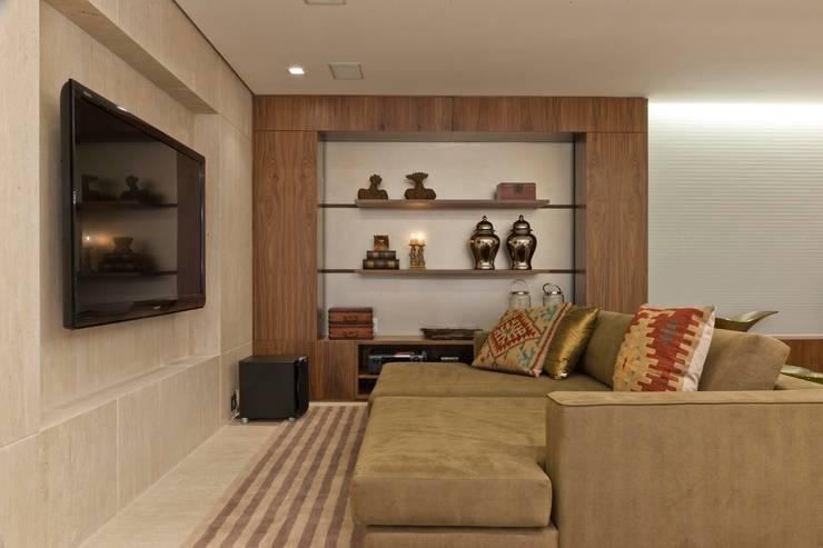 Apartamento CN: Salas de estar  por Gláucia Britto,