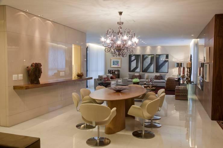 Apartamento CN: Salas de jantar modernas por Gláucia Britto