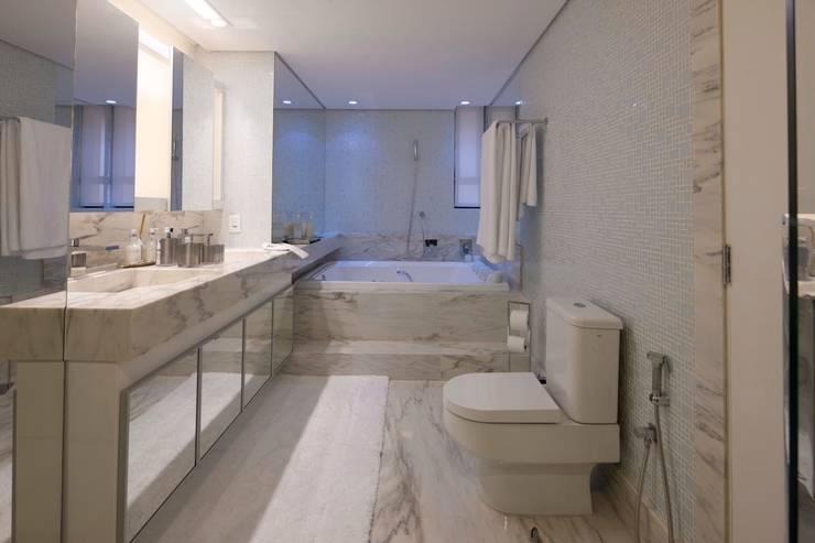 Apartamento CN: Banheiros  por Gláucia Britto,