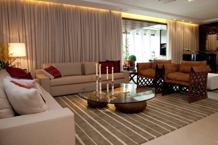 Apartamento CJ: Salas de estar  por Gláucia Britto