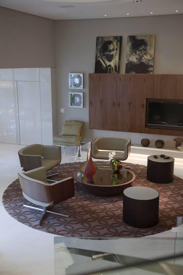 Residência CN: Salas de estar  por Gláucia Britto