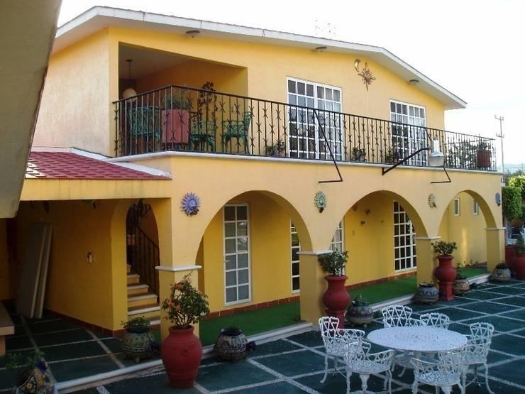 Casa de Huéspedes en su estado original:  de estilo  por ARQUELIGE