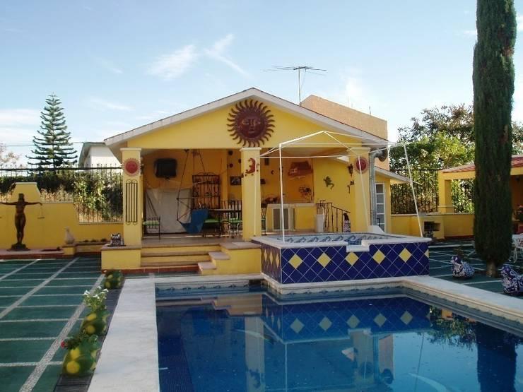 Sala de estar en terraza de Alberca estado original:  de estilo  por ARQUELIGE