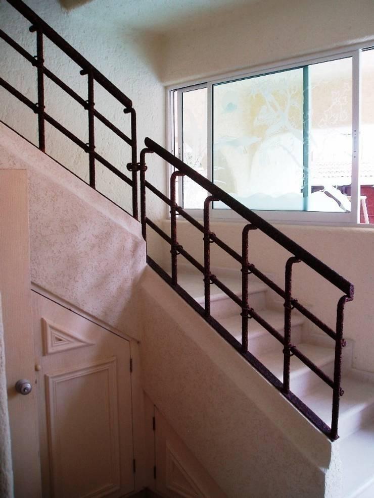 Escalera de acceso a planta alta después de la remodelación:  de estilo  por ARQUELIGE