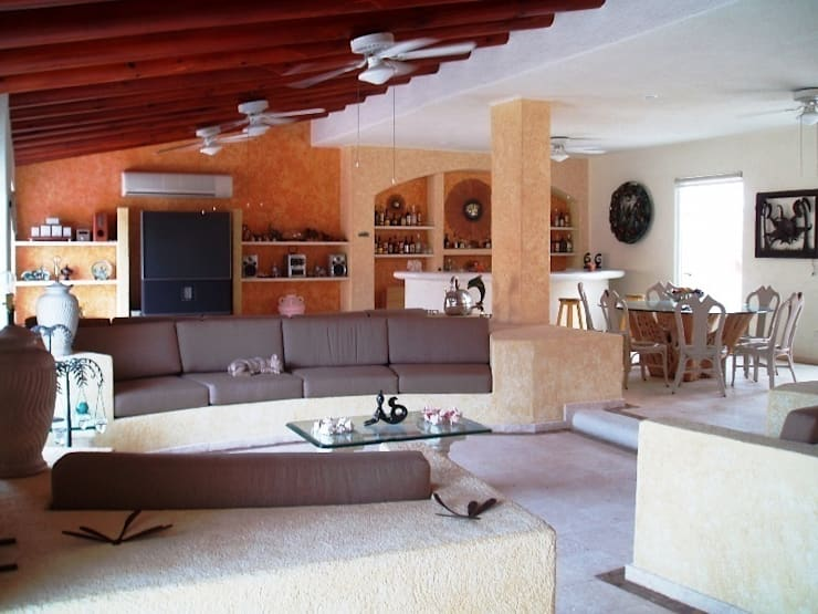Vista estancia y comedor después de la remodelación:  de estilo  por ARQUELIGE