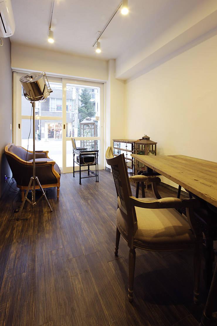 秋葉原リノベーション: 有限会社タクト設計事務所が手掛けた書斎です。,和風