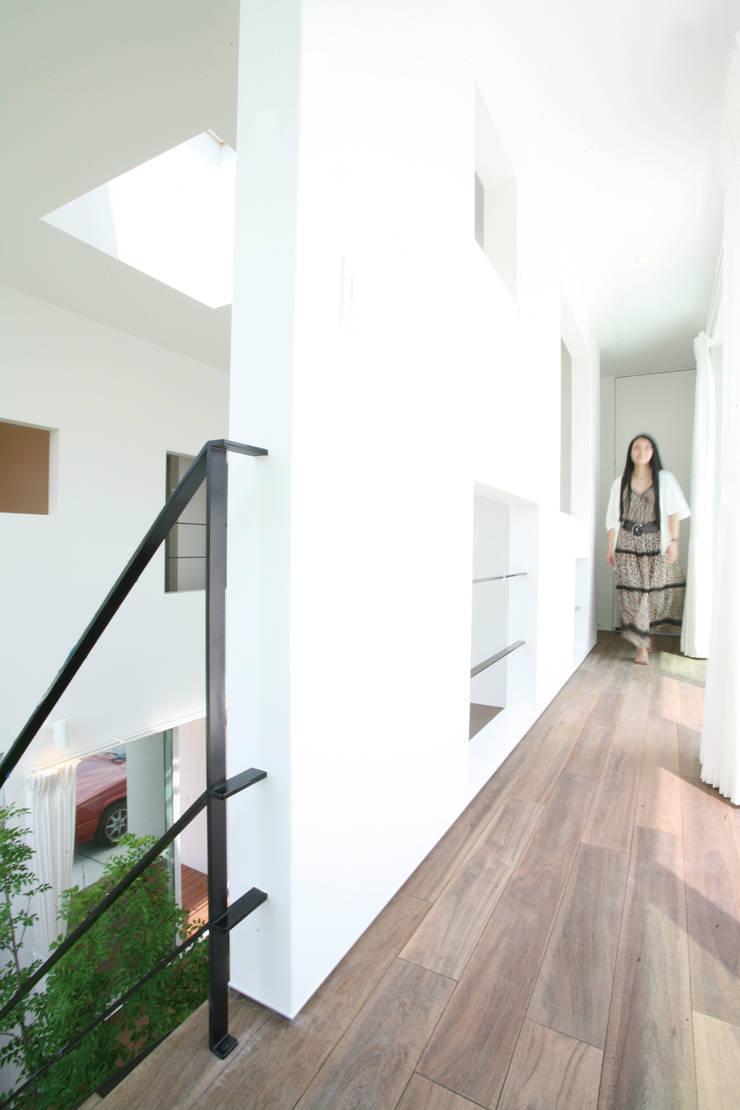 吹抜けを囲う回廊: スターディ・スタイル一級建築士事務所が手掛けた廊下 & 玄関です。