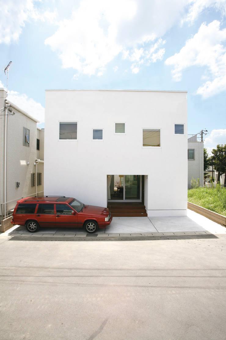 シンプルな白い箱のような外観: スターディ・スタイル一級建築士事務所が手掛けた家です。