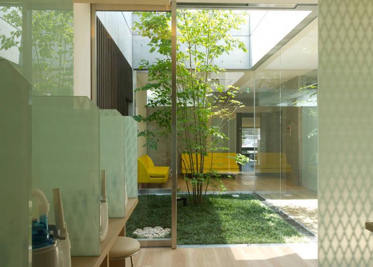Salle multimédia de style  par       古津真一 翔設計工房一級建築士事務所, Moderne