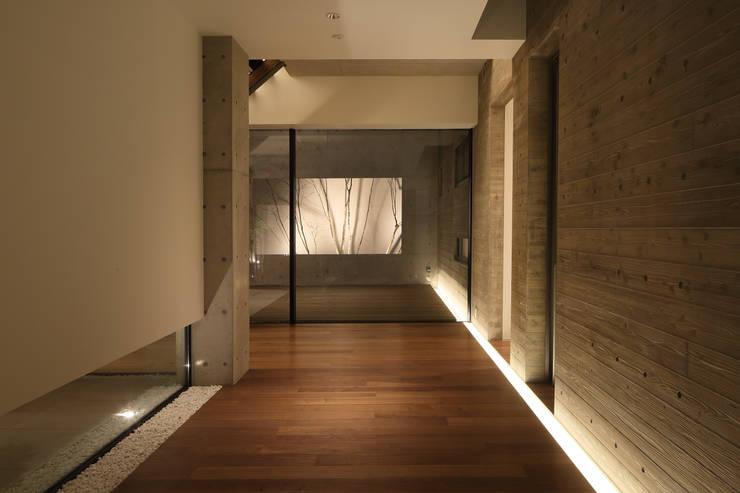 Villa SiS: 株式会社 庄司圭介アトリエ一級建築士事務所が手掛けた廊下 & 玄関です。,モダン