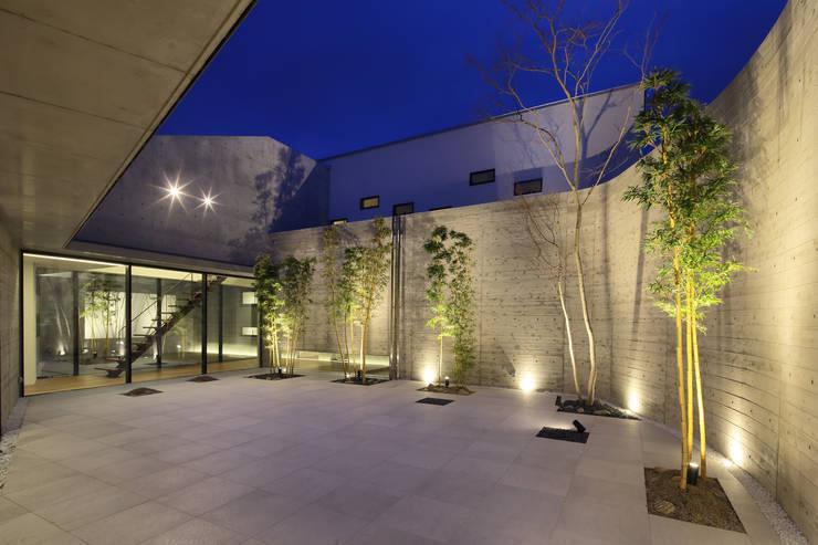 Villa SiS: 株式会社 庄司圭介アトリエ一級建築士事務所が手掛けた庭です。,モダン