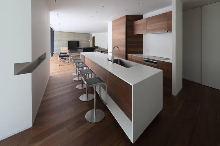 Villa SiS: 株式会社 庄司圭介アトリエ一級建築士事務所が手掛けたキッチンです。,モダン