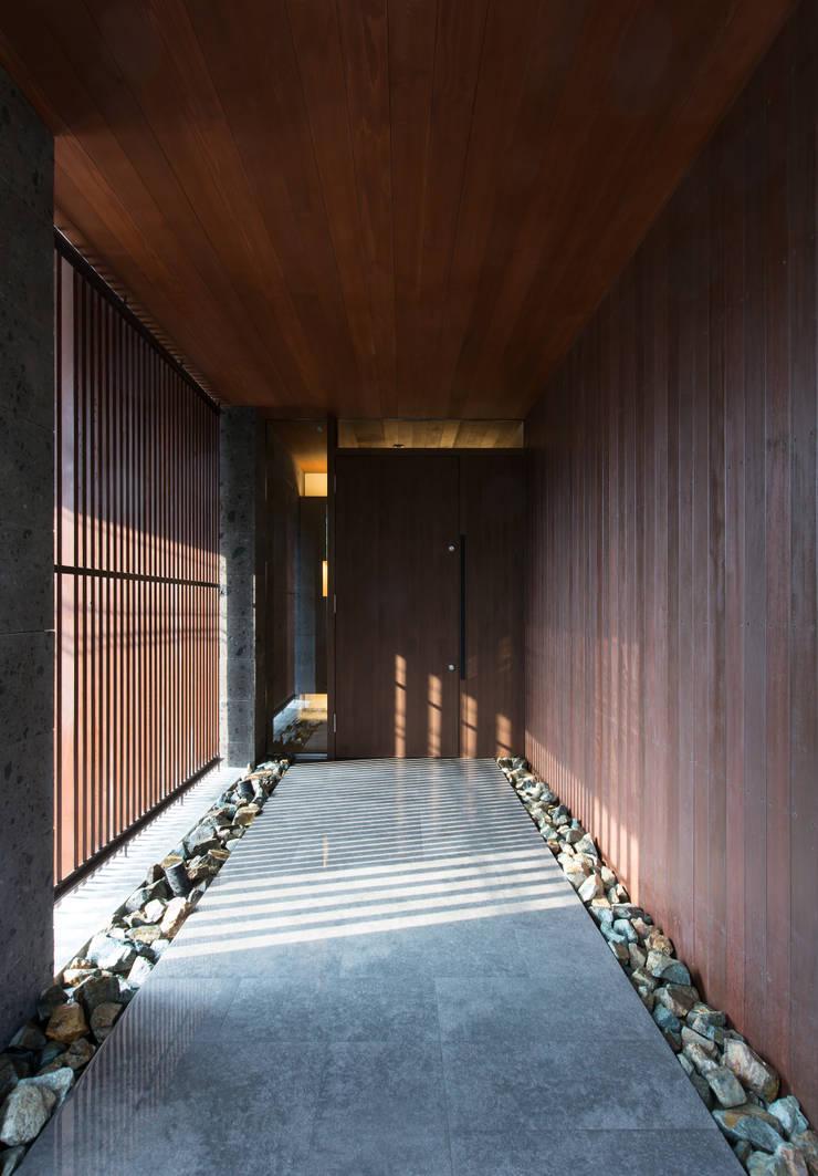 甲子園の家: Abax Architectsが手掛けたアプローチです。
