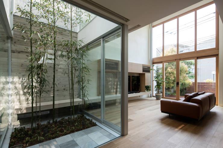 甲子園の家: Abax Architectsが手掛けたリビングです。
