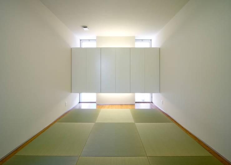 水盤の家: 株式会社 庄司圭介アトリエ一級建築士事務所が手掛けた和室です。,