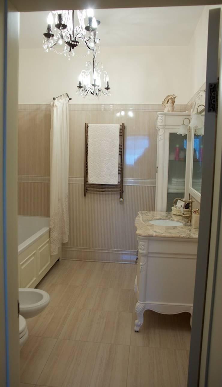 Дом на набережной: Ванные комнаты в . Автор – PerfectHome,