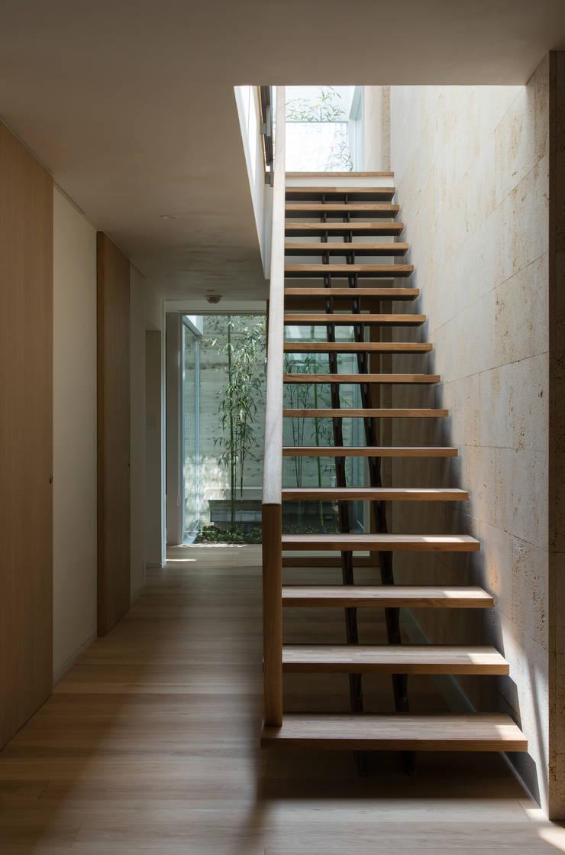 甲子園の家: Abax Architectsが手掛けた階段です。