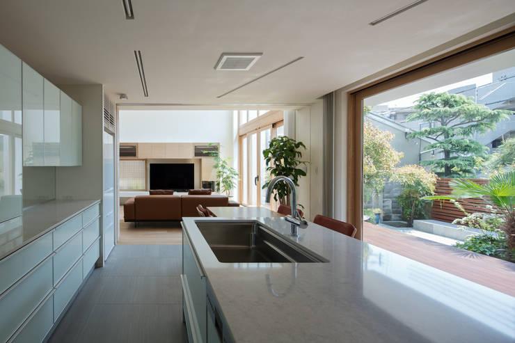 甲子園の家: Abax Architectsが手掛けたシステムキッチンです。