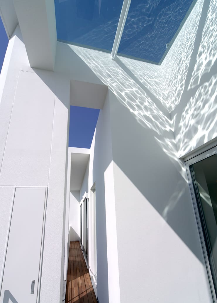 水盤の家: 株式会社 庄司圭介アトリエ一級建築士事務所が手掛けたテラス・ベランダです。,