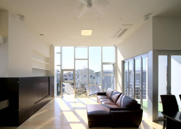 水盤の家: 株式会社 庄司圭介アトリエ一級建築士事務所が手掛けたリビングです。,
