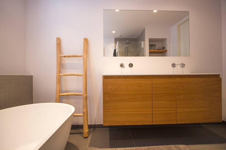 Marike maatwerk kast eiken naturel, Flint bad:  Badkamer door Marike, Modern