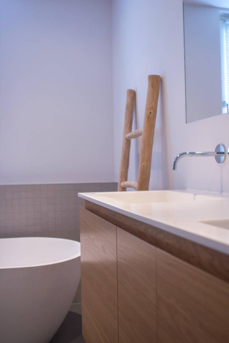 Marike Solute top met twee Solute wastafels:  Badkamer door Marike, Modern