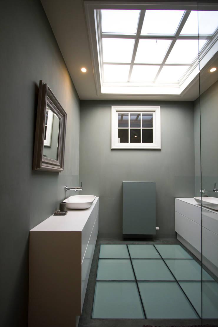 Marike Comma wastafel op maatwerk witte kast:  Badkamer door Marike