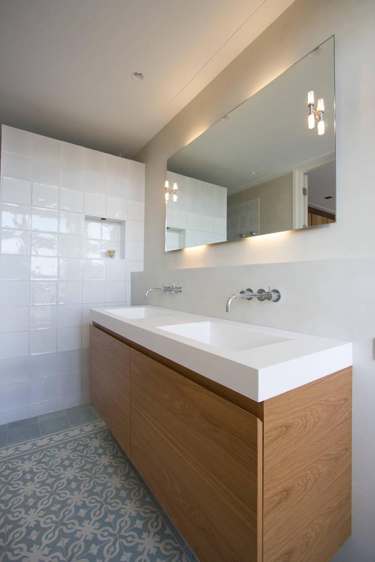 Marike Solute wastafel op maatwerk kast:  Badkamer door Marike, Mediterraan